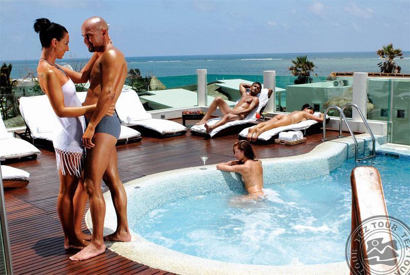 Секс у бассейна в отеле